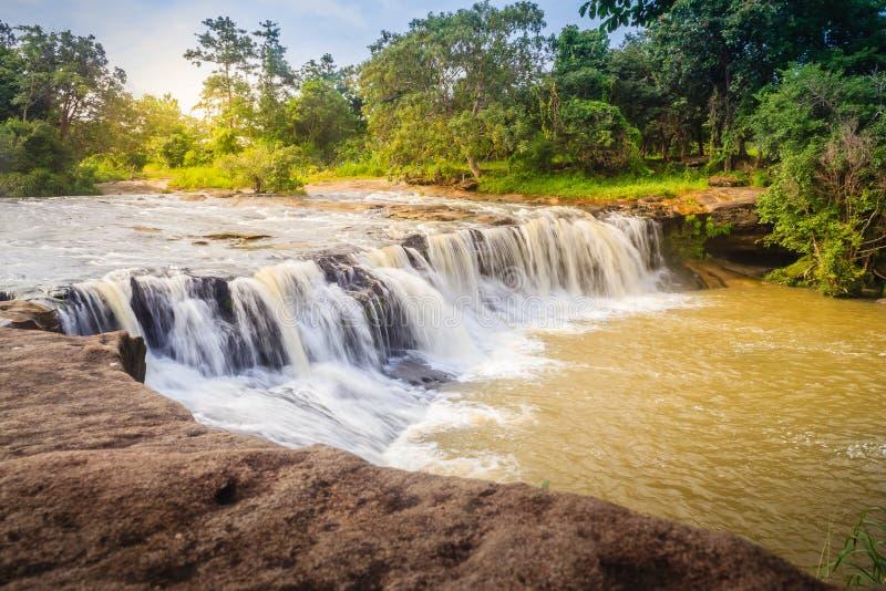 Pequeña cascada exótica para nadar la cascada nombrada de Tadton adentro fotos de archivo libres de regalías