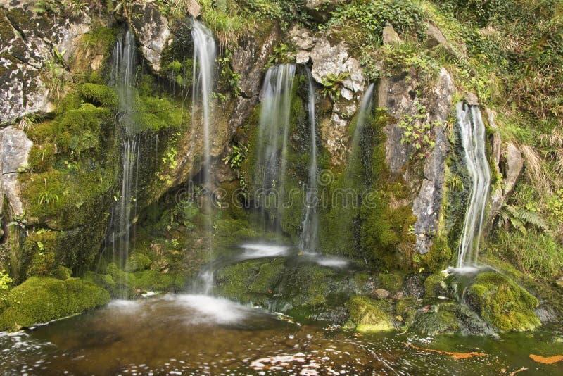 Pequeña cascada mágica en el cierre de la roca, castillo de la lisonja fotos de archivo libres de regalías