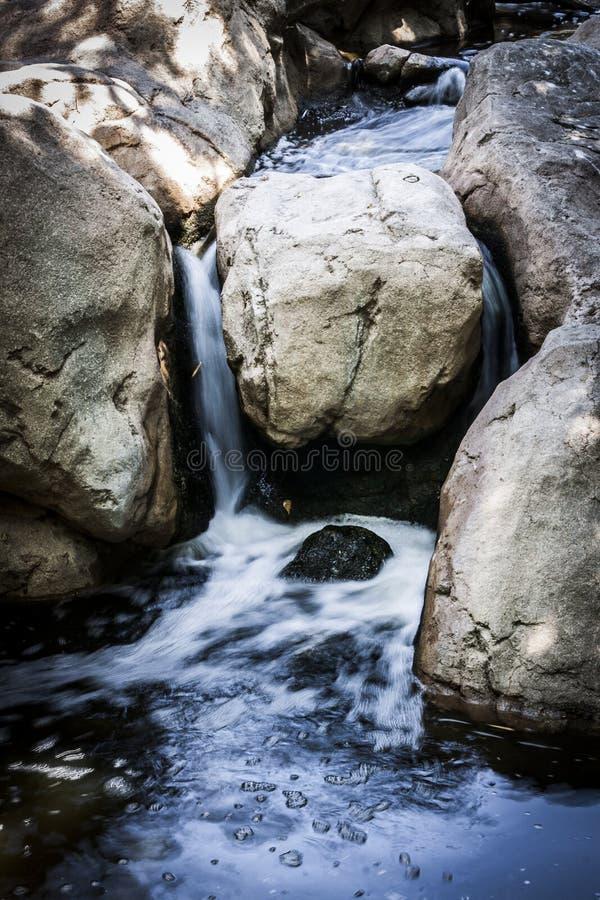 Pequeña cascada que corre a través de una cala foto de archivo libre de regalías