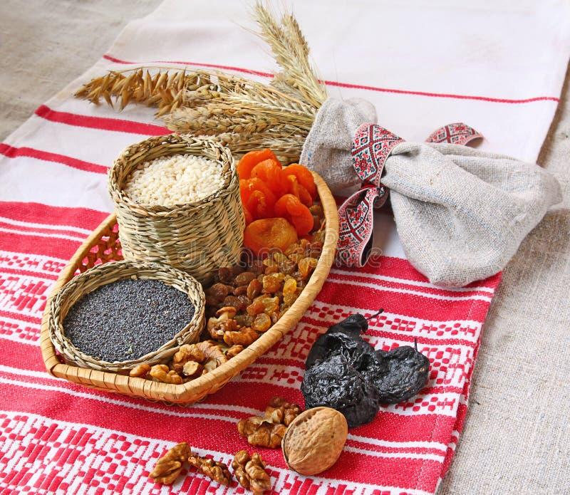 Pequeña cesta con las gachas de avena tradicionales de la Navidad imagen de archivo