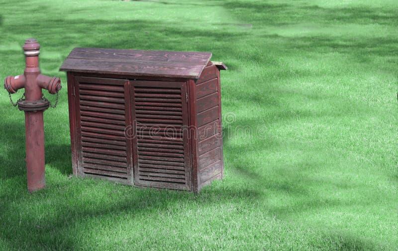 Pequeña choza al lado de la boca de incendios imagen de archivo libre de regalías