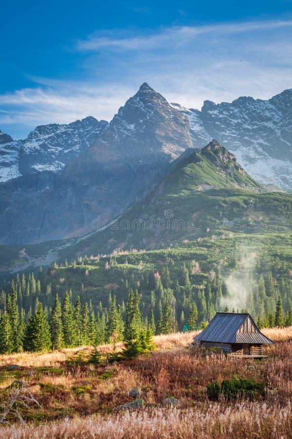 Pequeña choza en el valle de la montaña de Tatra en Polonia foto de archivo libre de regalías