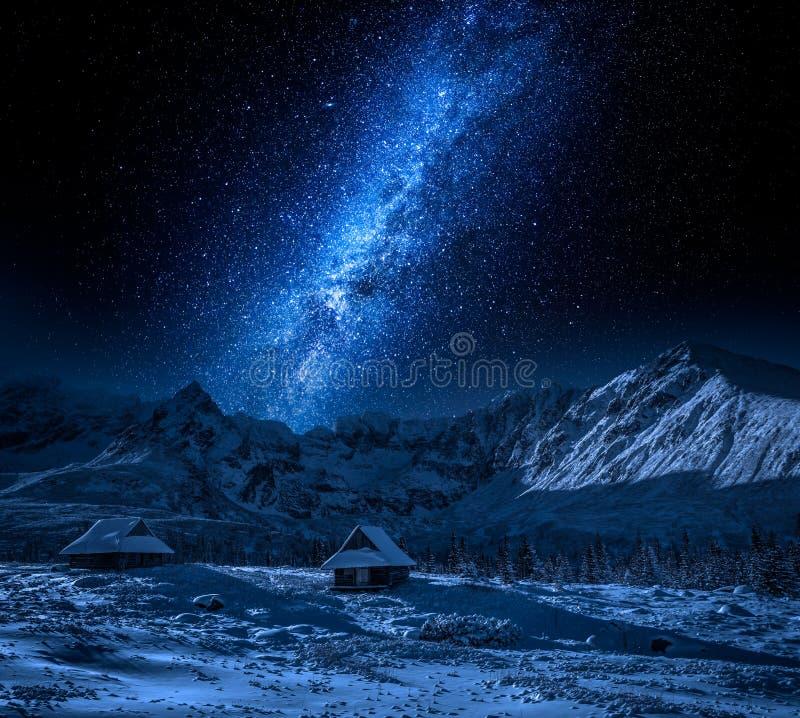 Pequeña choza en montaña en la noche y la vía láctea imagen de archivo