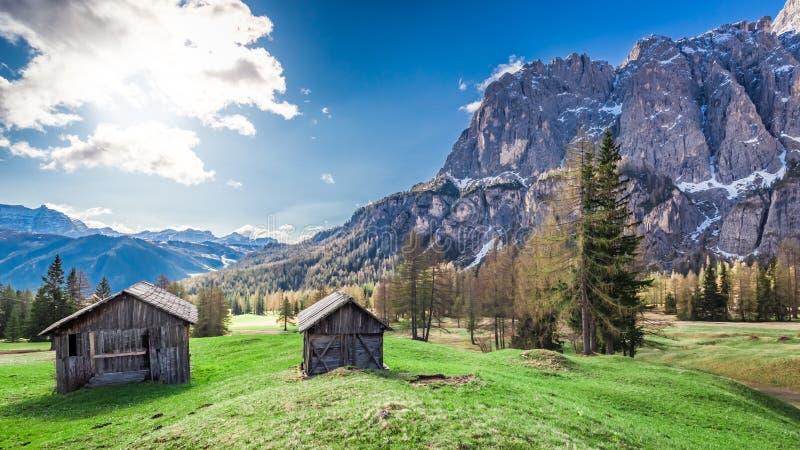 Pequeña choza hermosa en las dolomías, Italia, Europa de la montaña imagen de archivo libre de regalías