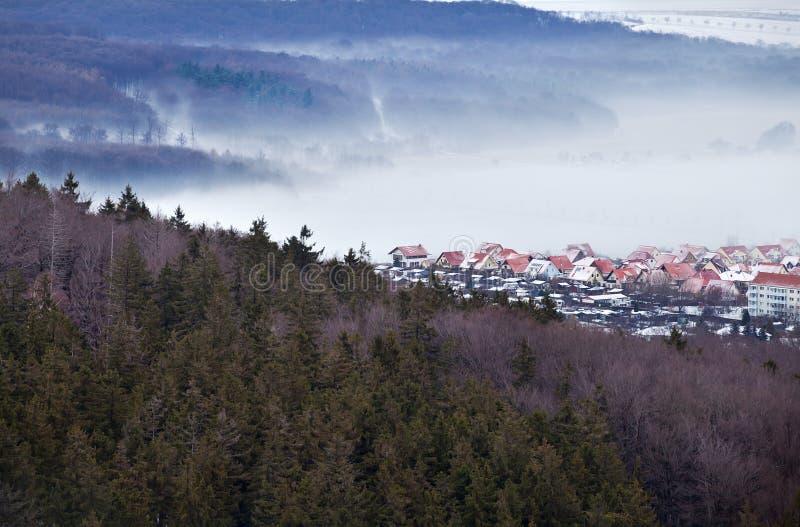 Pequeña ciudad alemana en montañas imagen de archivo