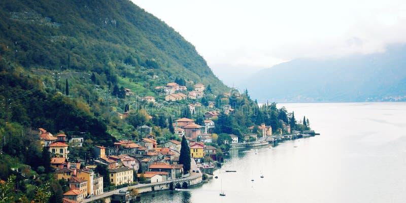 Pequeña ciudad de Varenna en el lago Como - efecto del vintage foto de archivo libre de regalías