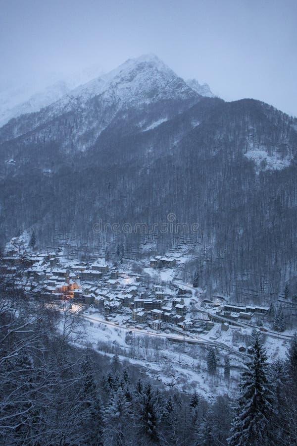 Pequeña ciudad debajo de la nieve fotografía de archivo libre de regalías