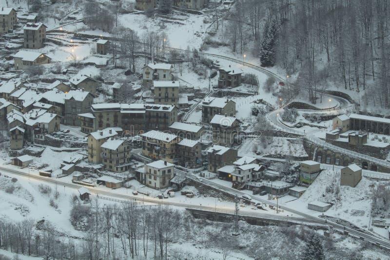Pequeña ciudad debajo de la nieve imagen de archivo libre de regalías