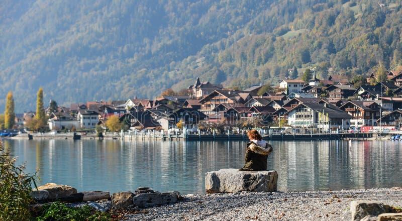 Pequeña ciudad en el lado del lago de Brienz, Suiza imagen de archivo libre de regalías