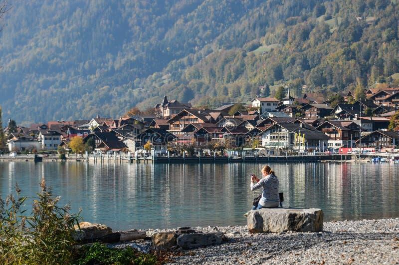 Pequeña ciudad en el lado del lago de Brienz, Suiza imagenes de archivo