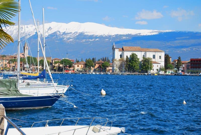Pequeña ciudad en el lago Garda. imagen de archivo libre de regalías