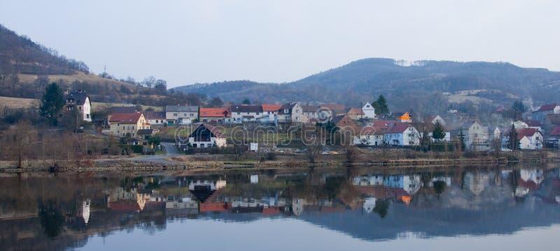 Pequeña ciudad en Elbe fotografía de archivo