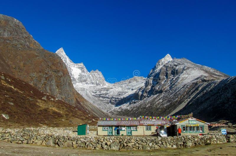 Pequeña ciudad en Khumbu, pueblo de montaña en EBC que emigra la ruta en Nepal imagen de archivo libre de regalías