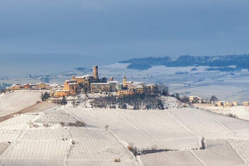 Pequeña ciudad en la colina en invierno foto de archivo libre de regalías