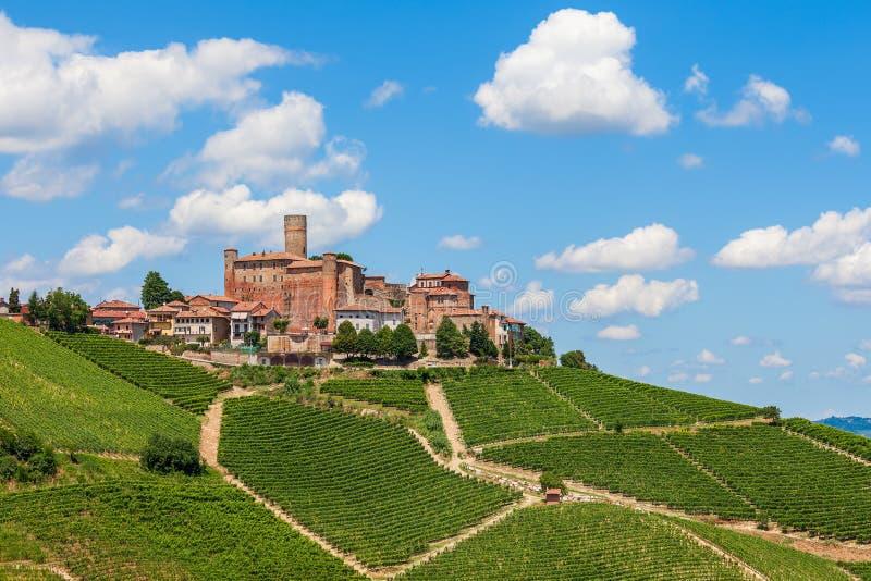 Pequeña ciudad en la colina en Italia fotografía de archivo
