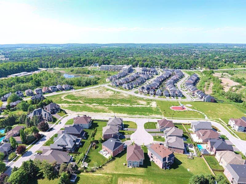 Pequeña ciudad en la visión aérea en el verano, Ontario, Canadá foto de archivo
