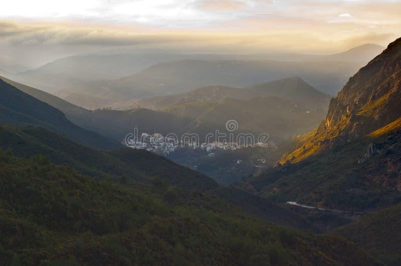 Pequeña ciudad en las montañas fotografía de archivo
