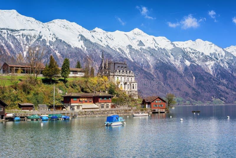 Pequeña ciudad en un lago de la montaña, Suiza fotos de archivo