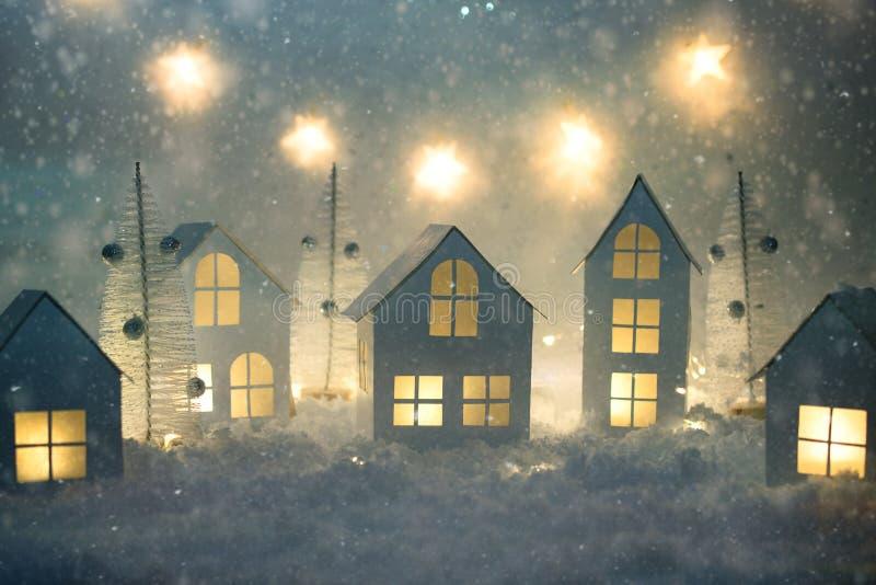 Pequeña ciudad hecha a mano del Libro Blanco Pequeños pueblo y luces de la Navidad de papel Decoraciones de la Navidad imagen de archivo