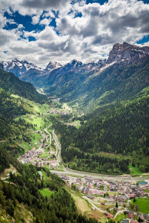 Pequeña ciudad hermosa en el valle de la montaña, dolomías foto de archivo libre de regalías
