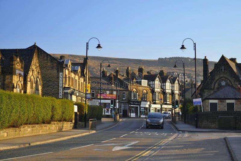 Pequeña ciudad inglesa: casas, linternas y camino
