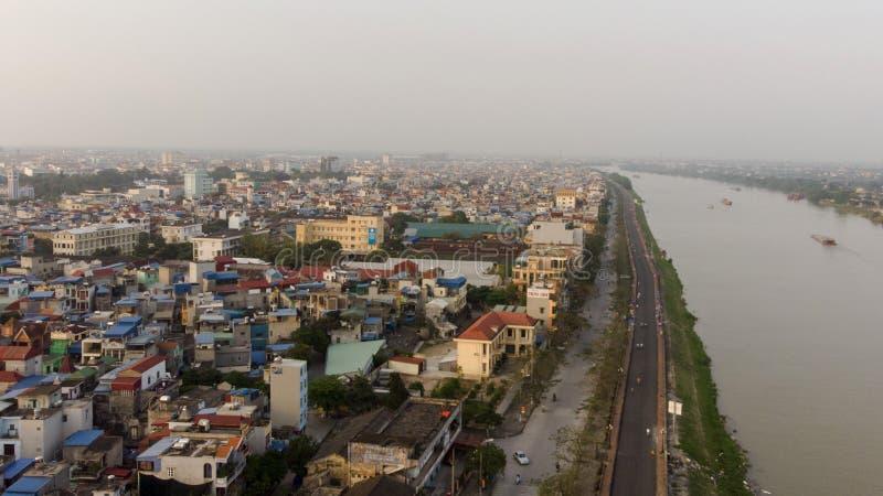 Pequeña ciudad a lo largo del río por la tarde foto de archivo