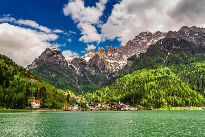 Pequeña ciudad maravillosa por el lago en dolomías imagenes de archivo