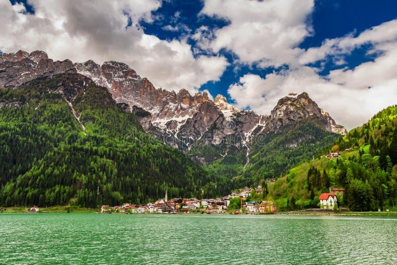 Pequeña ciudad maravillosa por el lago en dolomías, Italia imagenes de archivo