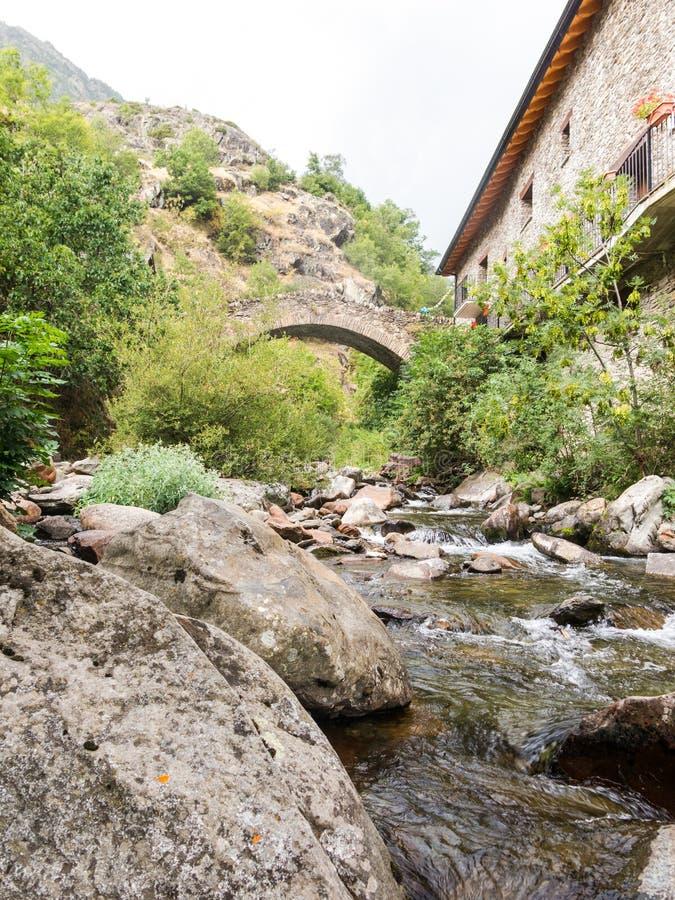 Pequeña ciudad medieval de Tavascan, región de Pallars Sobira Catal?n los Pirineos Catalu?a, Espa?a fotos de archivo