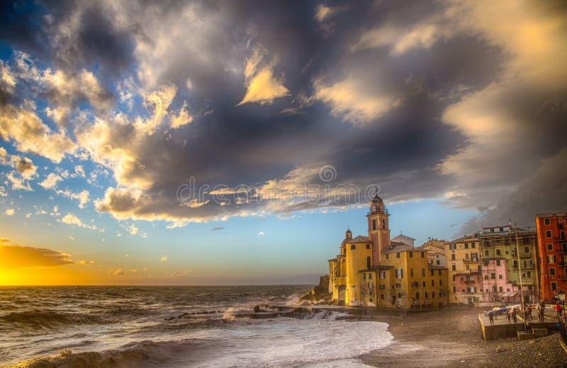 Pequeña ciudad mediterránea hermosa con el mar agitado - Camogli, Génova, Italia, Europa fotografía de archivo libre de regalías