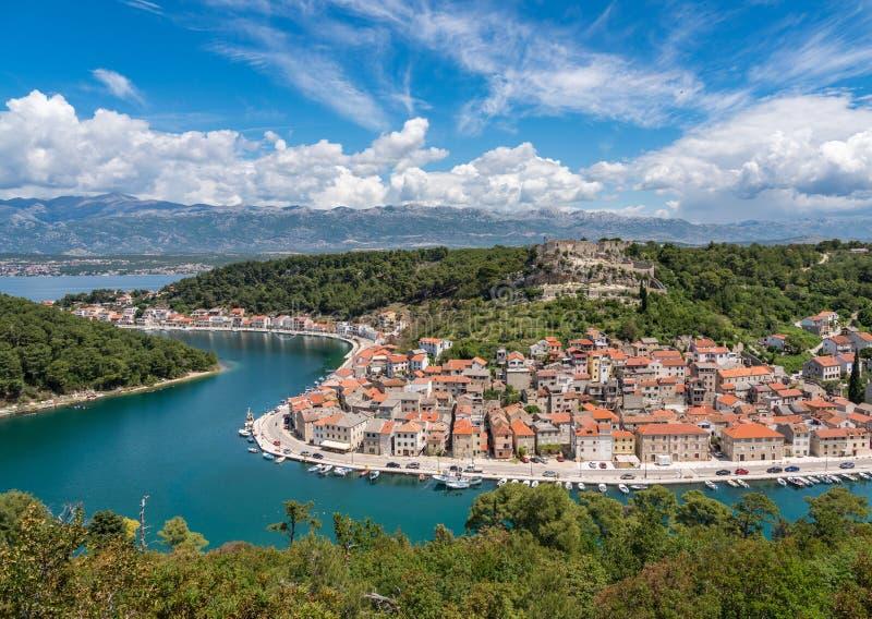 Pequeña ciudad pintoresca de la orilla de Novigrad en Croacia foto de archivo libre de regalías