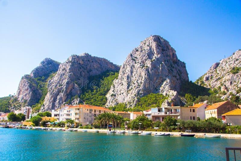 Pequeña ciudad reservada de Omis, Croacia Visión escénica en la ciudad costera Omis, lugar turístico del verano pintoresco en el  fotos de archivo libres de regalías