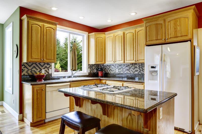 Peque a cocina con la isla encimera oscura del granito for Cocina pequena con isla