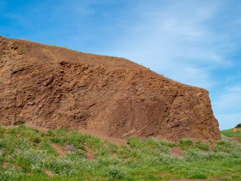 Pequeña colina sobre hierba en un día soleado foto de archivo