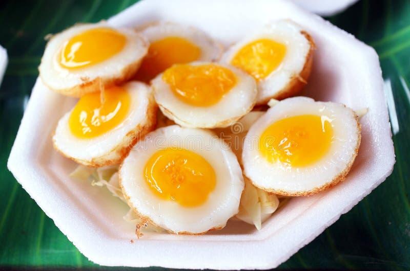 Pequeña comida de los huevos imagenes de archivo