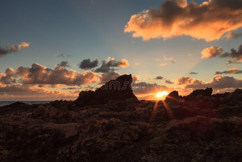 Pequeña Corona Beach en Corona del Mar en la puesta del sol imágenes de archivo libres de regalías