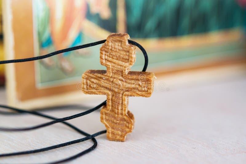 Pequeña cruz de madera con la imagen de Jesus Christ crucificado imagen de archivo libre de regalías