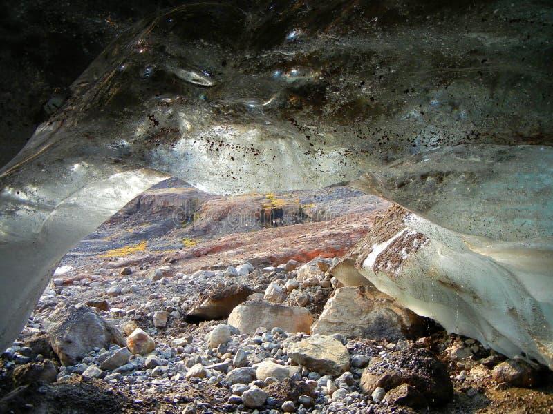 Pequeña cueva de hielo en Islandia imagen de archivo