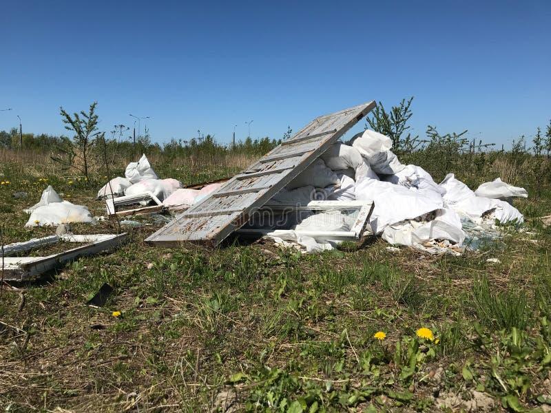 Pequeña descarga de basura en la naturaleza foto de archivo