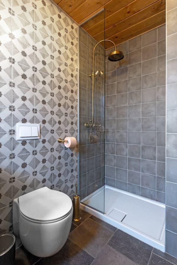 Pequeña ducha del hotel fotos de archivo