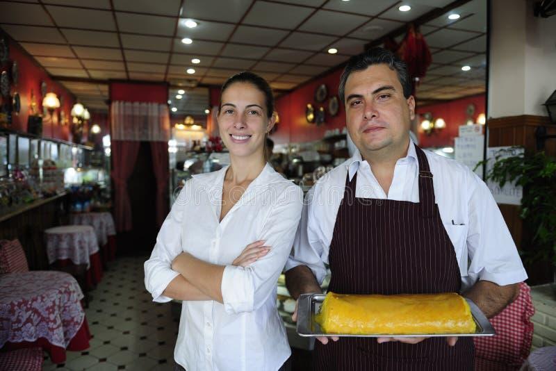 Pequeña empresa: propietario femenino de un café y de un camarero fotos de archivo libres de regalías