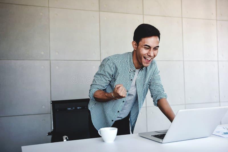 Pequeña empresa y concepto acertado Hombre de negocios asiático joven Glad para recibir buenas noticias o altos beneficios del or imagenes de archivo