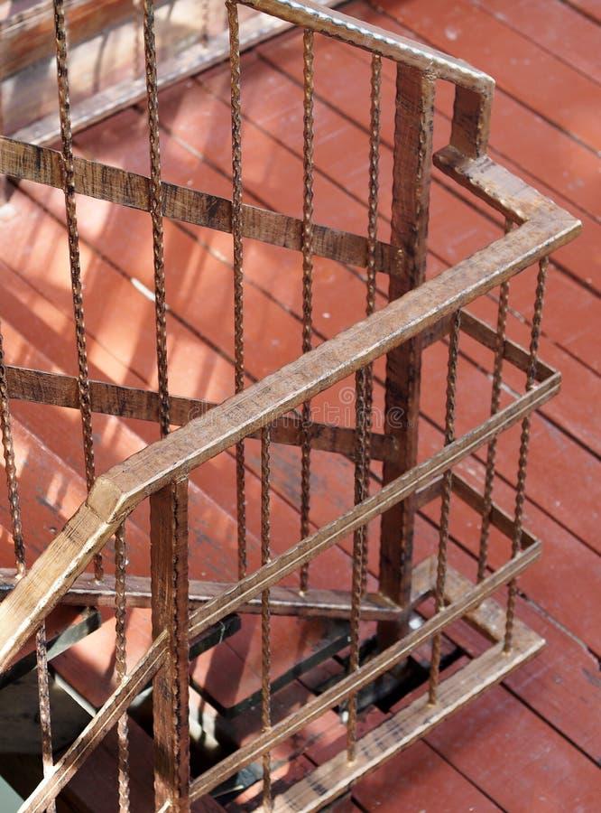 Pequeña escalera del hotel turístico con la cerca simple del hierro labrado del estilo italiano retro marrón del vintage imagen de archivo