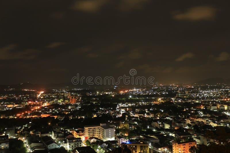 Download Pequeña Escena De La Noche De La Ciudad Foto de archivo - Imagen de montaña, urbano: 64205580