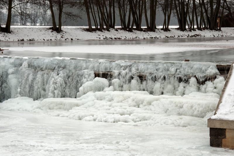 Pequeña esclusa en el río Morava en Litovel por invierno fotografía de archivo