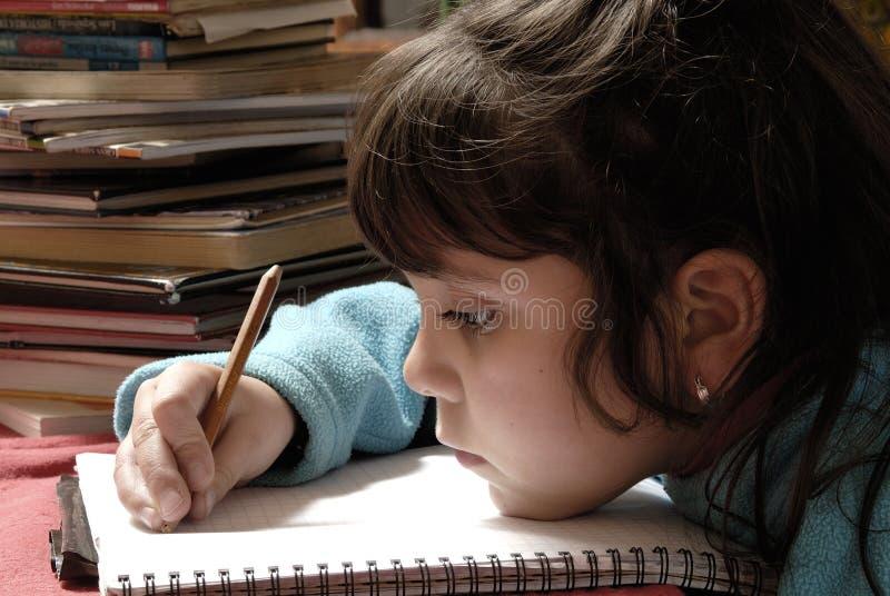 Pequeña escritura de la muchacha foto de archivo libre de regalías
