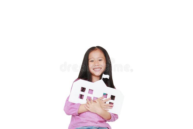Pequeña escuela asiática feliz del papel de la maqueta del abarcamiento de la muchacha del niño aislada sobre el fondo blanco Edu foto de archivo