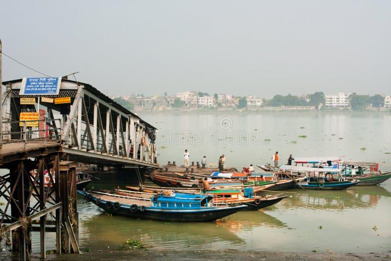 Pequeña espera colorida de las barcas para los pasajeros foto de archivo