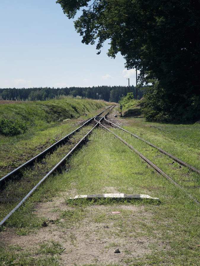 Pequeña estación de tren en el indicador estrecho Estación de tren del pueblo Pistas de ferrocarril, señales de tráfico ferroviar fotografía de archivo libre de regalías