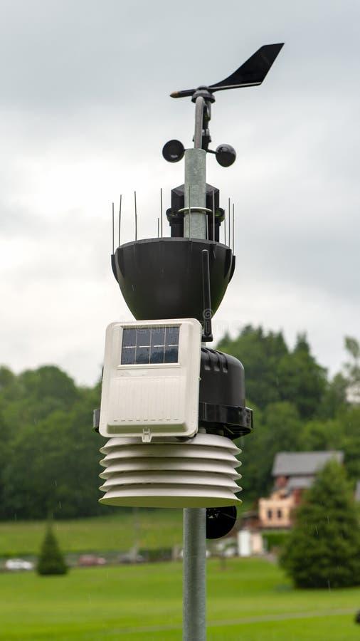 Pequeña estación meteorológica en el campo imagenes de archivo